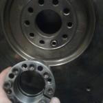 2013-02-01. Abbans också… För att lätt kunna byta tätningen vid utgående axel i tråget, måste jag bearbeta upp hålet i svänghjulet, så jag kan skruva klämkopplingen från växellådssidan. Måste låna en bamsesvarv till det…