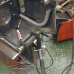 Röret i bild är avsett för att evakuera den olja som kan befinna sig i utrymmet längst fram (ovan oljepumputrymmet) när motorn lutar kraftigt framåt.
