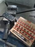 Plåtbiten jag kapat försänktes med en Granlunds tappförsänkare. Det är ett klent (men dyrt) verktyg, så jag tog det försiktigt, och det tog tid.