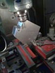 Det är ett pillande… Här indikerar och riktar jag upp biten i fräsmaskinen för att få ett styrt ingångshål för borrning av den långa anslutningskanalen.