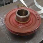 """Ett remhjul av stål införskaffades. För er som känner tlll B20-motorn, så ser ni att """"ringen"""" för tätningen är integrerad med hjulet."""
