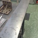 """De stora hålen i tråget är till för att kunna montera de klämkopplingar som håller kedjedreven, samt oljepumparna. (mer om det under rubriken """"Transmission""""). Långa luckor, tätade med 3mm vakuumslang i frästa spår, skall täcka hålen.  Att använda slang istället för O-ring gör att det blir en mer """"förlåtande"""" packning. De båda ändarna av slangen träs över en passande snutt O-ring samt limmas med flexibelt snabblim. Rostfria kupolmuttrar skall hålla ihop hela kalaset.____ Anm* Sedan jag fräst speglar i luckorna, kan jag inte längre använda vakuumslang."""
