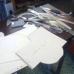 Här har jag klistrat rutat papper på kartong och klippt mallar för att vidare kunna rita av dem i CADen.