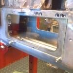 2013-10-14  Hos Kils Glasmästeri kan man köpa laminerade glas. Dylika kommer jag så småningom att montera istället för plåtluckorna, allt för att kunna inspektera hur det ser ut med kedjor, olja, vevaxel och ännu mer olja...