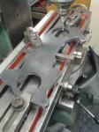 Här ligger Startmotorplåten i fräsmaskinen för uppriktning. Den skall sedermera fräsas för infästning av startmotorer.