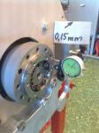Axeln kaster alltså endast 0,02mm radiellt, och påverkar således inte alls det kast som syns i bild.