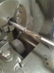 Här tillverkar jag axeln (av ett rör) som ska driva kylvattenpumpen. Det blev brått med den för att få med den i förnicklingsbadet (se topplock)
