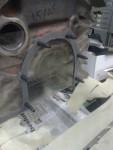 Här har jag tryckt fast Ytplåten i den dubbelhäftande tejpen, samt skruvat i pinnskruv i hålen för det som original är bakre vevaxeltätning. På pinnskruvarna sitter en bit krympslang.