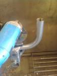 … som är tillverkat av avgasrördelar. Här kapas den första rörbiten.
