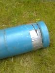 Man kapar inte ostraffat i en gasoltub om man inte vidtar särskilda skyddsåtgärder. Här i form av vattenfyllning. Jag tejpade slitsen vartefter jag kapade upp, så vattnet stannade kvar i den.