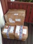 2018-09-14  För sisådär en månad sedan beställde jag från Amerika en massa tunga grejor till bromsar och framvagn. Skickade dessa via ett transportföretag som heter JetCarrier.com och sålunda med containerfartyg. Supersmidigt! Googla och se nya möjligheter att köpa grejs i USA. Här är nu en del av lådorna på väg in i köket. (vart annars…?)