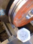 På den här bilden kan ni se (kolla noga nere till vänster på rundningen, så ser ni ett spår som går axiellt in i biten) ett ca 2mm brett spår som är nästan 4mm djupt i vilket jag skall lägga en o-ring och stoppa ner gasoltub-tanken i vid montage.