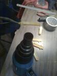 Från början tänkte jag använda original temperaturkompensator (se ovala grejen bild 2, ovan) men kommer istället att bygga ett manuellt system med ett vred på instrumentpanelen. I bild värmde jag och böjde rätt locken…