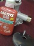"""Nippeln till """"Fastighetsskötarventilen"""" samt fjäderstyrningen till överströmnings-ventilen är limmad med .... LocTite 648"""