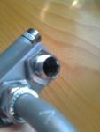 För att kunna montera de två böjda rören har jag borrat bort bottenstoppet i klämnipplarna. Genom att använda...