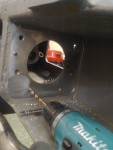 … borra dräneringshål för oljepumpdrivingens låda…
