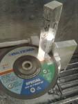 För att spara frästid är det bättre att kapa bort bitar från aluminiumplattorna. Normalt sett är detta skitsvårt, men Biltemas Multi-kapskivor funkar alldeles utmärkt till detta. I vanliga fall kletar skivan igen av aluminiumklägg.