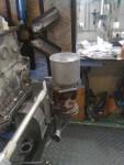 Som ni kan se på den här bilden. Här kan vi också se att fästplattan för oljerenaren är tunnare än på tidigare bilder.