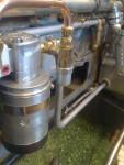 2016-07-10  I bild syns oljetanken och den elektriska förtryckspumpen. Från pumpen går ett rör som är instoppat i tanken (utan koppling).