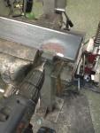 En gänga i motorstativets stolpe får en skruv att klämma fast omformarhållaren.