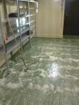 Sedan har allt torkats. Tak, lysrör, väggar, hyllor och här golvet.
