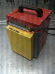 En liten Biltema minibyggfläkt och ett luftfilter från en fransos kan hjälpa till att såväl hålla värmen som att får bort en och annan luftburen partikel. På golvet ska det krypa omkring en städrobot kompletterad med magneter.