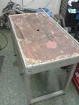 En gammal rostig bänk som stått ute i 30 år fick komma in och få en grå färg på sig.