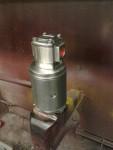 Den elektriska förtryckspumpen har fått gå en omgång på pelarslipstålborsten. Efter det ett lager Biltema klarlack. Helt okey!