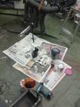 För att kunna fylla färg i piporna tog jag en tratt med slang, satte ett gummipackningförsett lock i pipänden och började hälla. Det var svårt och blev söligt.