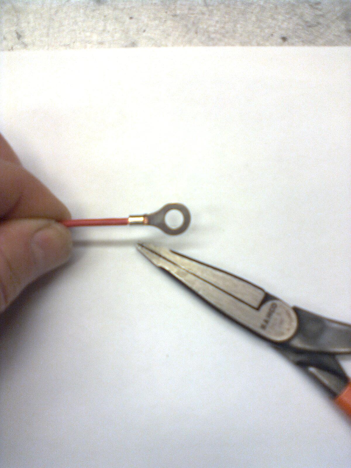 Stick i den skalade trådänden, pressa ihop lite löst med en tång.