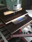 Här har jag riggat upp gummiringar på en våg i fräsmaskinen. På så sätt kan jag veva upp bordet en känd sträcka med…