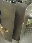 Jag hade också också en lösning med 2mm Antiphoneplåt som jag tänkte sätta innanför sidoluckorna. Planen är att göra hålen för sidoluckornas ramar så stora att jag kan klämma en svampgummilist emellan. Detta gör det enklare och snabbare att serva kedjesträckarna än om luckorna är limmade med motorsilikon. Men det blir inte Antiphoneplåt där. Jag ska ta en vanlig plåt istället som skapar utrymme för svampgummilisten.
