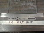 Har gjort en liten illustration ang motorsilikon… Grunden är tanken att en silikonsträng som är 1 x 1 mm som kläms ihop till 0,1mm blir då 10 mm bred. I biten längst till vänster har ett spår slipats, de övriga två bitarna är helt släta.